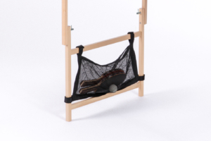 Nahaufnahme von den aufgeklappen Vollholzbeinen mit praktischem Netzt zum Verstauen der Schläger und Bälle