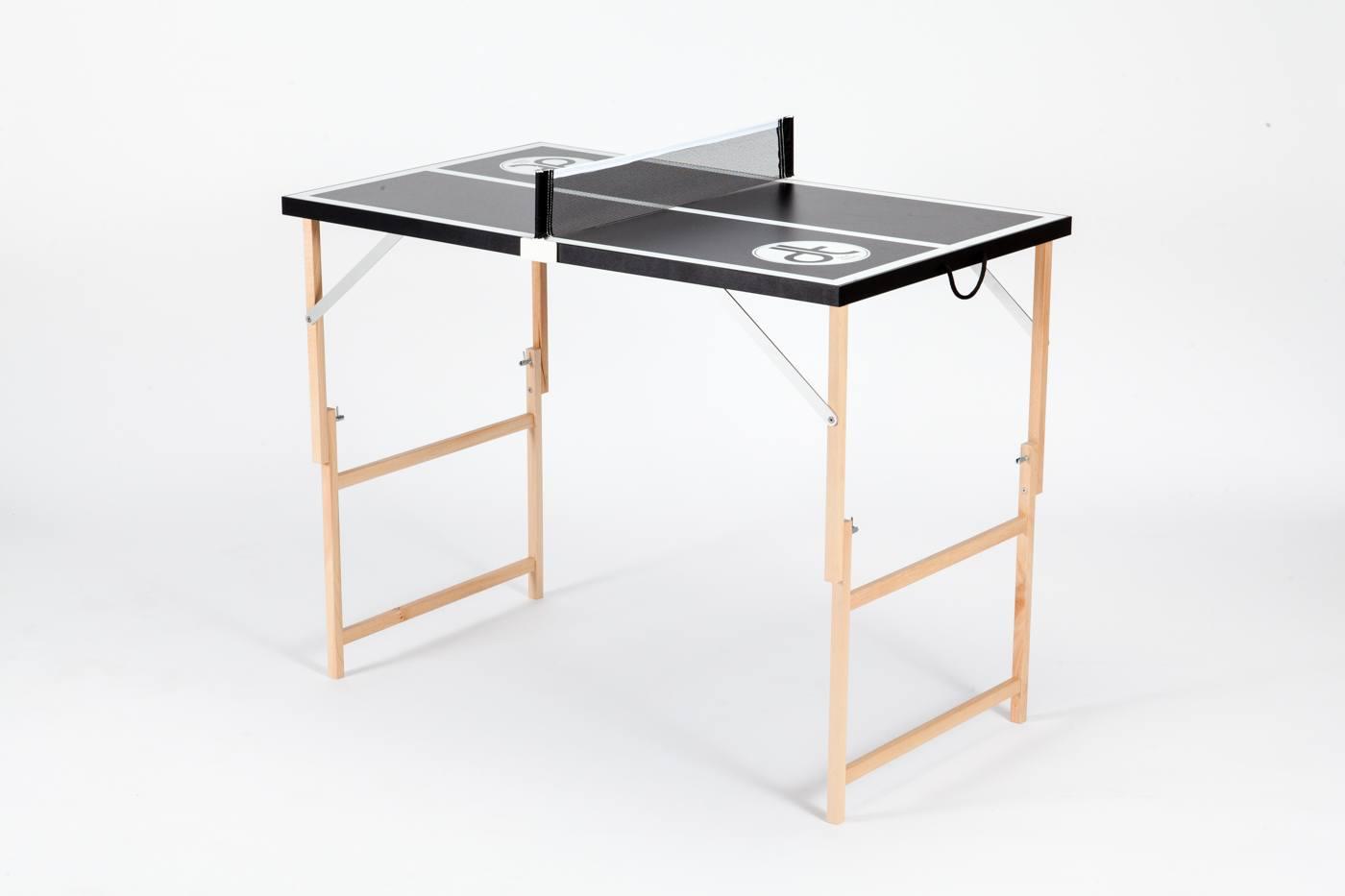 """Schwarze Mini Tischtennisplatte """"Black Beauty"""" ausgeklappt und bereit zum spielen."""