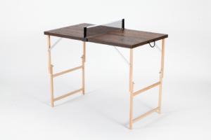 """Mini Tischtennisplatte """"Die Starke Eiche"""" mit Holzmaserung und schwarzen Linien. Aufgeklappt und spielbereit, durch das außergewöhnliche Design passend für Naturliebhaber."""