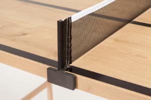 """Nahaufnahme vom schwarzen Netzsteher, passend zu den schwarzen Linien bei """"Der Kleine Braune"""" Natur Tisch mit Holzmaserung"""