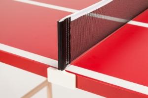 """Nahaufnahme vom eleganten, weißem Netzsteher mit schwarzem Netz bei der roten Mini Tischtennisplatte """"Die Scharfe Chili"""" von DISH TENNIS."""