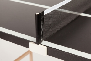 Nahaufnahme vom eleganten, weißem Netzsteher bei der schwarzen Mini Tischtennisplatte Black Beauty, das Netz ist schwarz.