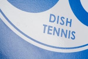 """Nahaufnahme der Oberflächenstruktur mit weißem Logo der Mini Tischtennisplatte """"Dein Blaues Wunder"""""""