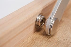 """Nahaufnahme vom Metall Druckknopf bei der Miniplatte """"Der kleine Braune"""" mit Holzmaserung"""