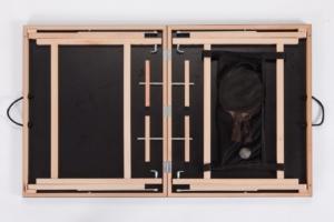 """Nahaufnahme mit allen Details des Innenlebens von der schwarzen Mini Tischtennisplatte """"Black Beauty"""", gut sichtbar ist das Kofferprinzip und der Stauraum."""