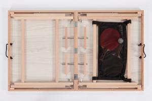 Nahaufnahme einer hellbraunen Natur DISH TENNIS Platte. Die Farbe der Innenseite ist identisch mit der Tischfarbe, auch hier findet man wieder die typische Holzmaserung der Natur Tische.
