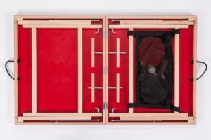 """Nahaufnahme vom Innenleben mit allen Details der roten Mini Tischtennisplatte """"Die Scharfe Chili"""", gut sichtbar ist das Kofferprinzip und der Stauraum."""