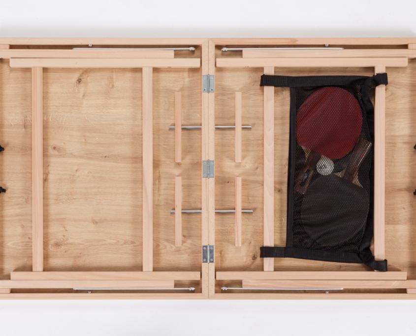 Nahaufnahme einer mittelbraunen Natur DISH TENNIS Platte aufgeklappt und bereit zum schnellen Aufbauen. Auch hier ist die gleiche Holzmaserung zu finden wie auf der Spieloberfläche vom 'Der kleine Braune'.